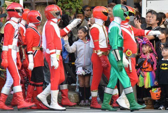 O como esta multitud de 'power rangers' a los que no les importó vestirs...
