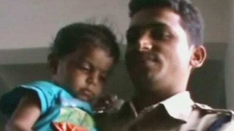 Las terribles imágenes de un niño que se alimentaba del pecho de su madr...