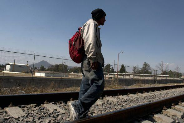 Migrantes centroamericanos usan el tren de 'La Bestia' para pasar por M&...