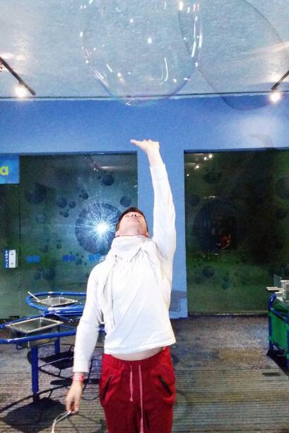 Encontré un trabajo en el que soy bueno, hacer burbujas gigantes…
