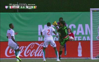 Tremendo impacto entre Eduardo Herrera con el portero de Senegal