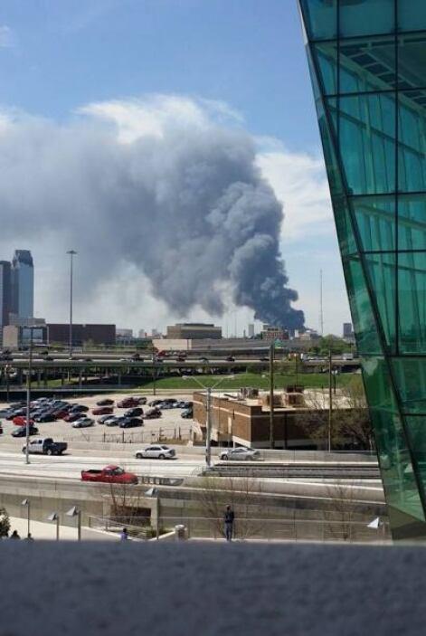 Un intenso incendio se registró el mediodía de este martes en un complej...