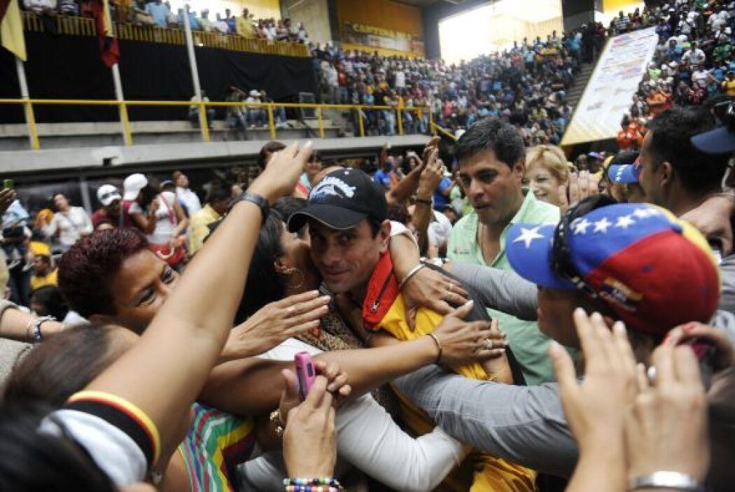 Centenares de simpatizantes del gobernador opositor, Henrique Capriles R...