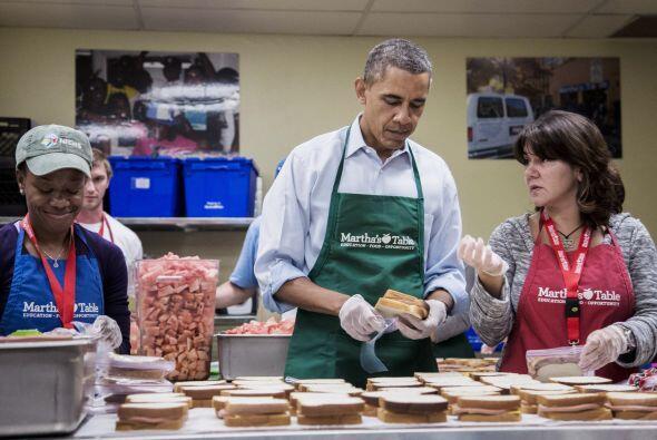 Obama estuvo muy atento al proceso de manufactura y empaquetado de los s...