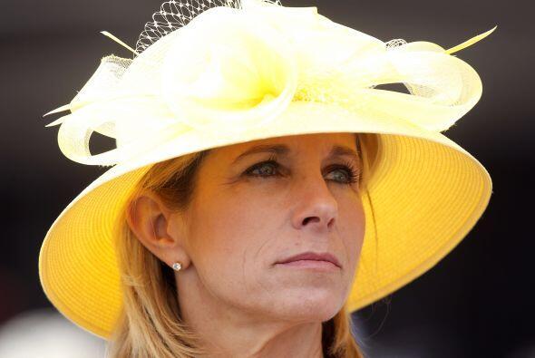 Los sombreros son típicos de esta carrera de caballos purasangre de tres...