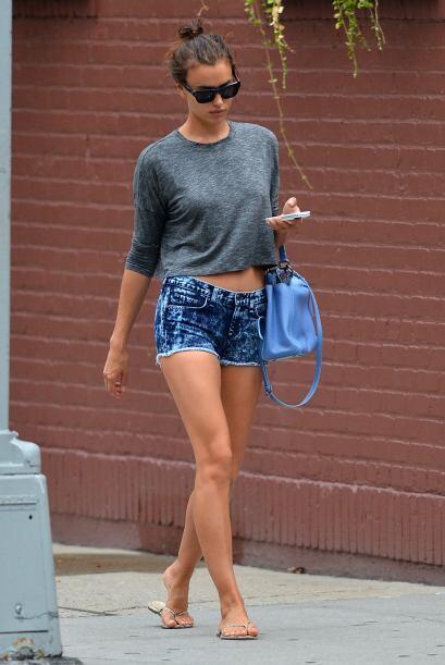 Irina Shayk sin tanto glamour las presume muy bien.