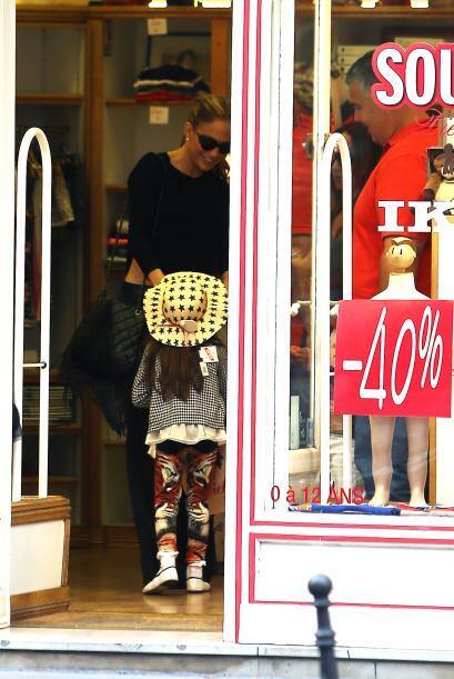 Fue a un desfile de moda para Versace, pero antes se fue de compras.Mira...