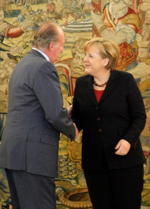 Juan Carlos de España saluda a la canciller de Alemania, Angela Merkel,...