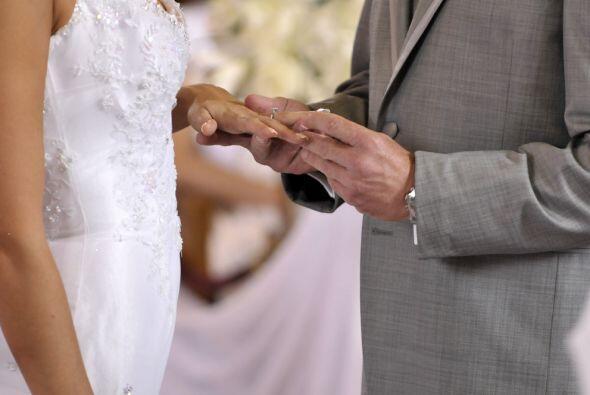 Y Daniel la pone en la mano de su mujer.
