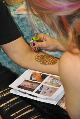 y otros también se dieron cita para tatuarse por primera vez.