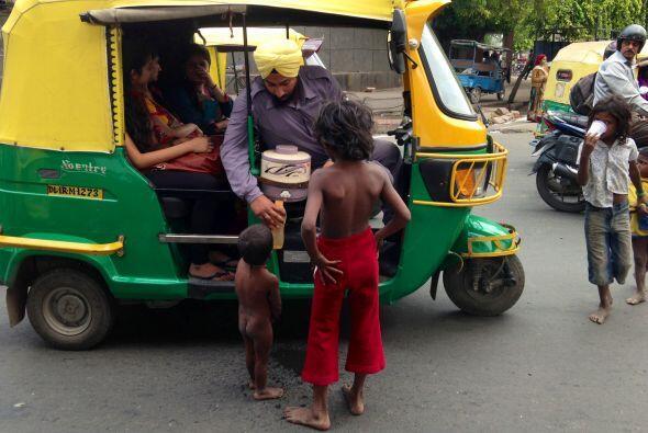 Siempre hay alguien que pueda ofrecer un poco de agua limpia a los niños...