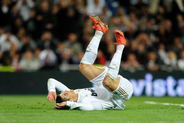 Cristiano acabó en el césped en algunas ocasiones, una de ellas al recla...