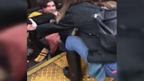 La heroica acción de un desconocido salvó a un hombre que había caído en...