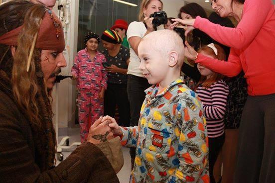 Johnny Depp visita a niños con cáncer vestido de Jack Sparrow 11181281_1...