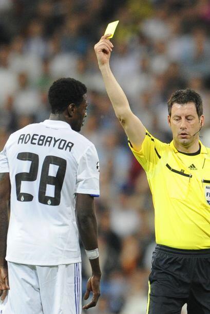 Adebayor se llevó otra amarilla por una entrada sobre Piqué.