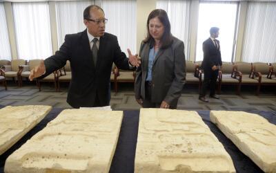 El cónsul de Guatemala en LA, Roberto Archila, recibe los artefactos mayas.