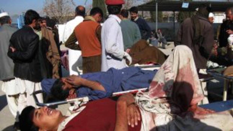 Una mujer suicida detonó una bomba en Paquistán dejando un saldo de al m...