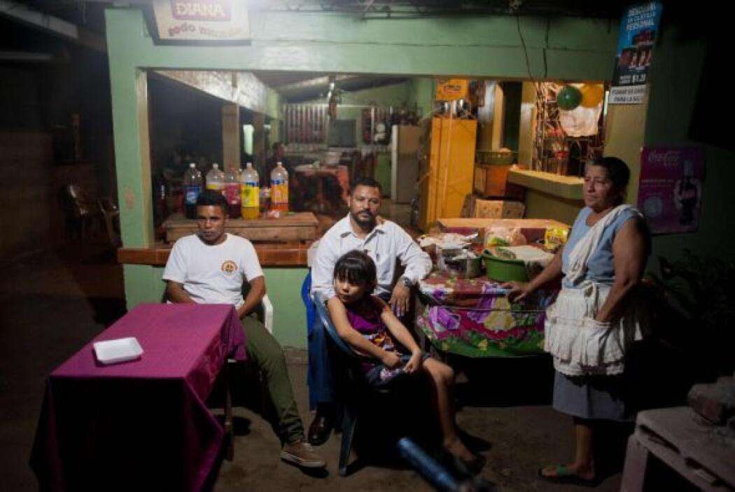 En tanto, una sencilla casa de un remoto pueblo pesquero de El Salvador...