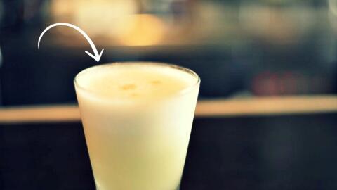 Un trago con pisco y claras de huevo