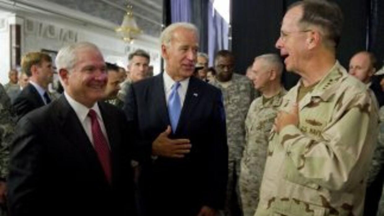 El Vicepresidente de EU Joe Biden (centro), el Secretario de Defensa Rob...