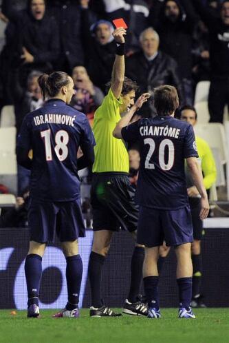 El árbitro no dudó en mostrarle la tarjeta roja.