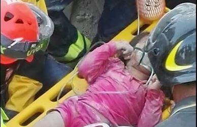 Giorgina es sacada de debajo los escombros después de 16 horas.