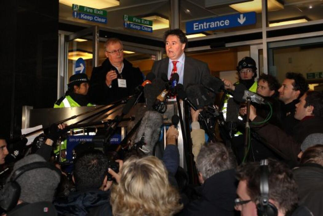 El abogado de Assange, Mark Stephens, fue asediado por los medios despué...