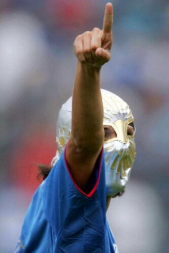 En el fútbol mexicano varios jugadores han festejado sus goles con másca...
