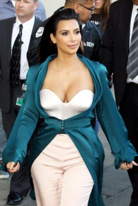 """Kim subió una foto en la que aparece con Paris y tuiteó: """"Recordando la..."""
