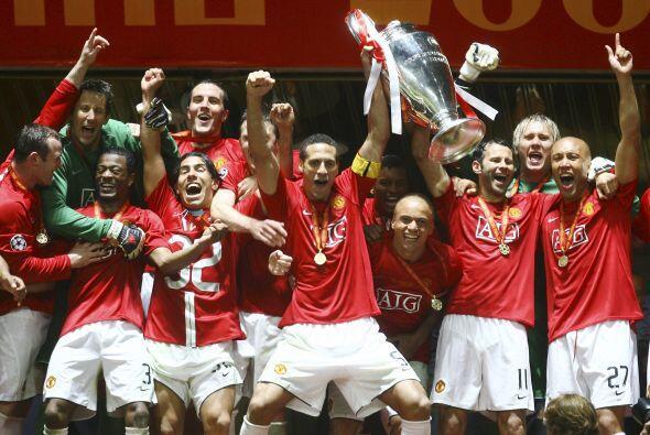 Rio Ferdinand levantó el trofeo en Moscú, en el Estadio Olímpico Luzhniki.