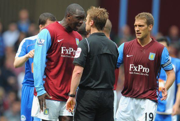 En un momento del partido, los jugadores del Aston Villa discutieron feo...