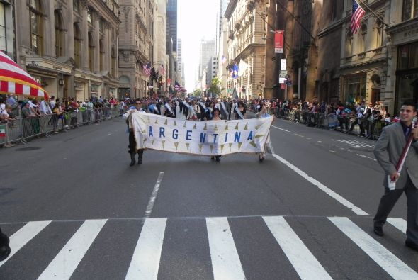 Familias hispanas desfilan por la 5ta Avenida 584a5d4ff9134de1ab1c6f4a1e...