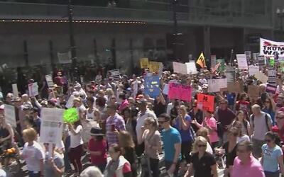 Manifestantes exigen los impuestos de Donald Trump en las calles del cen...