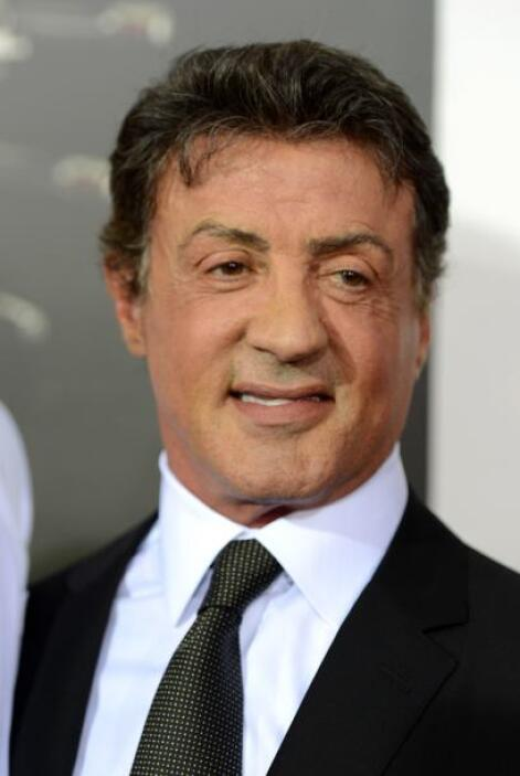 El actor de 66 años ahora tiene un aire nuevo desde que se unió a viejos...