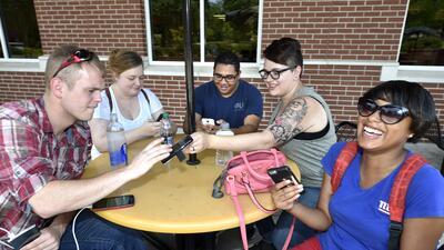Adolescentes juegan a Pokémon Go en una universidad en Augusta, G...