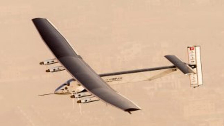 Avión solar Impulse 2 tras despegue en intento a darle la vuelta al mundo
