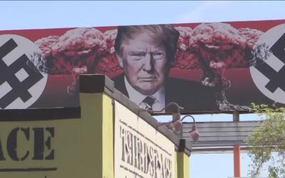 Una valla publicitaria con la imagen del presidente Donald Trump en el c...