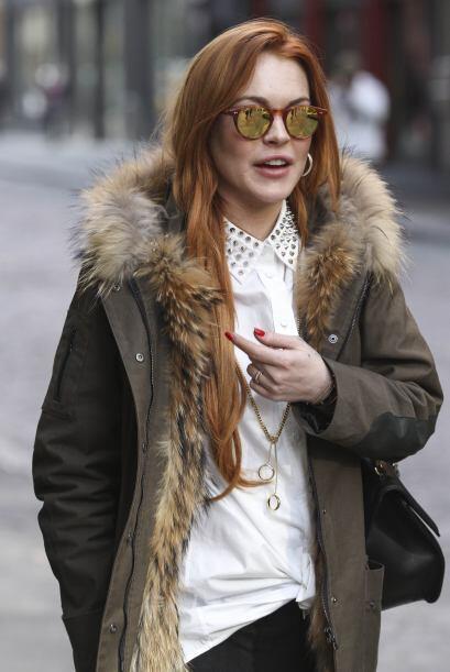 La actriz camino sola por la calle con una sonrisa radiante, como si esp...