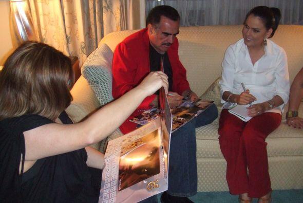 Ahtziri con Vicente Fernandez en Miami previo a Premio Lo Nuestro en el...