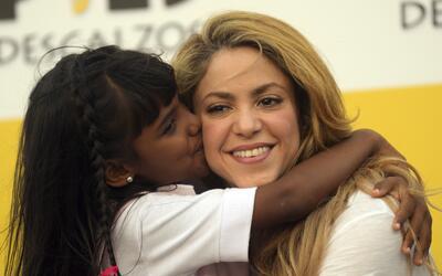 Una niña le da un beso a Shakira en la inauguración de la...
