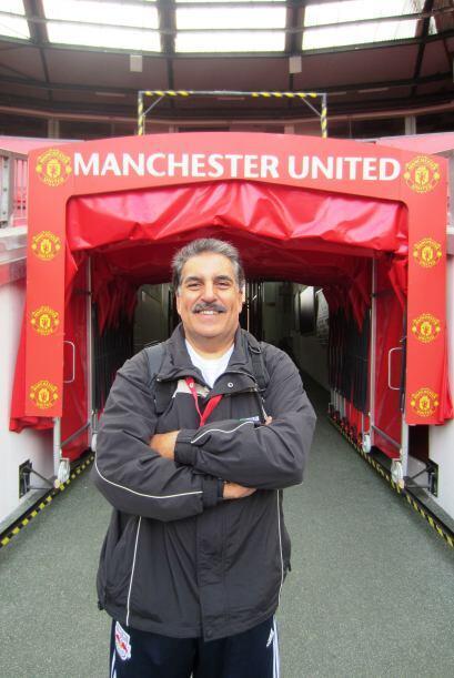 El Presidente Fiore también posó por donde sale el equipo de casa hacia...