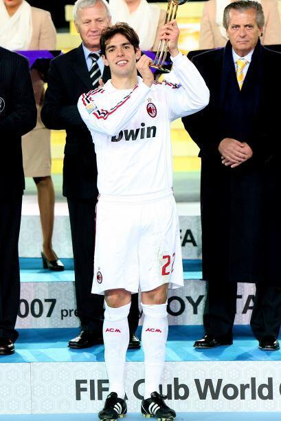 El brasileño Kaka fue elegido como el mejor jugador del torneo y...