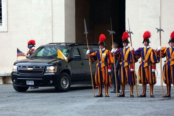 Un piquete de la Guardia Suiza lo recibió en  el patio de San Damaso.