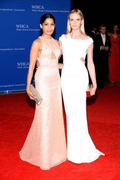 Freida Pinto y la modelo Anne V. Mira aquí los videos más...