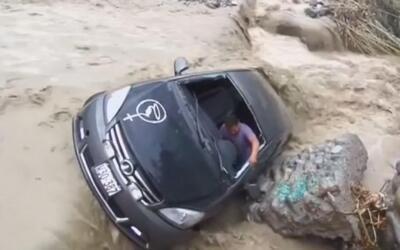 En video: un conductor es arrastrado con su vehículo por la corriente de...