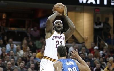James igualó al Salón de la Fama con 26.710 puntos y 9.887 asistencias.