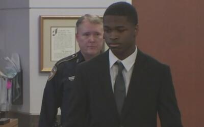 Juez otorga una fianza a joven acusado de matar a sus padres