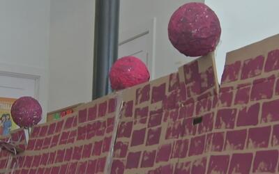 Derriban un muro de cartón con ladrillos pintados en Albany Park para pr...