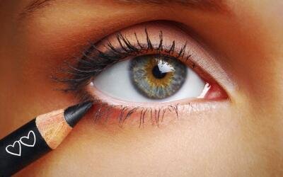 Mujer delineando ojo