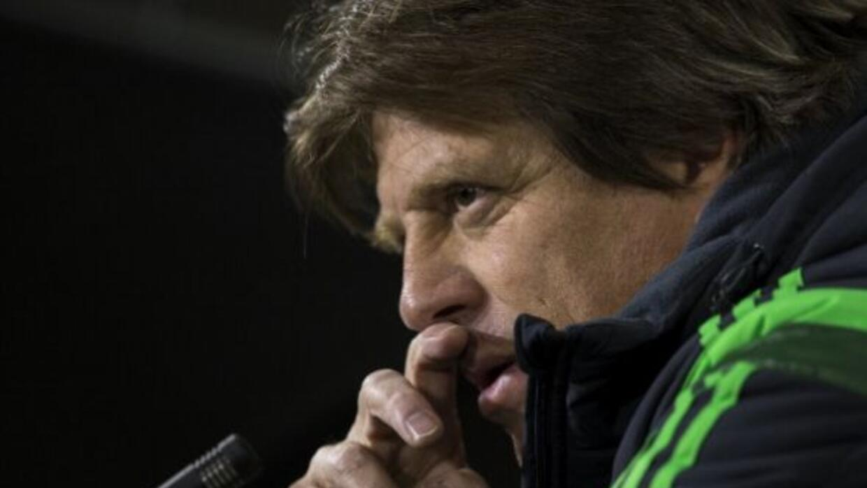 Miguel Herrera busca resolver sus dudas con respecto a jugadores locales.